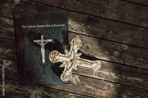 Valokuvatapetti exorcism book
