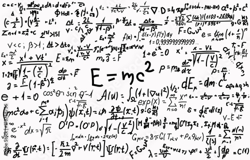 Photo Blackboard inscribed with scientific formulas and calculations in physics and mathematics