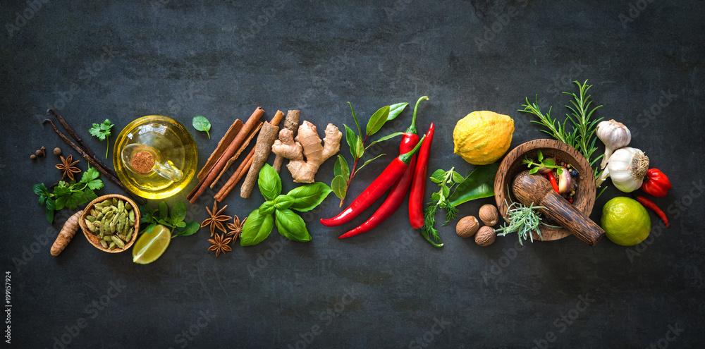 Świeże aromatyczne zioła i przyprawy do gotowania <span>plik: #199157924 | autor: Alexander Raths</span>