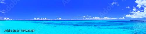 Fototapeta premium Morze z panoramicznymi światłami Miyakojima i Shimo Airport w środku lata (Panorama)