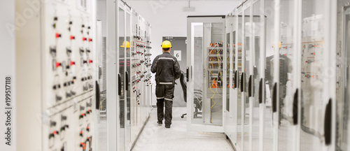 Fotografia Using protective relay and medium voltage switchgear
