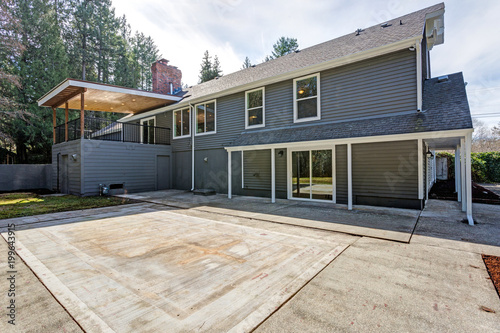 Cuadros en Lienzo Gray home exterior with patio area