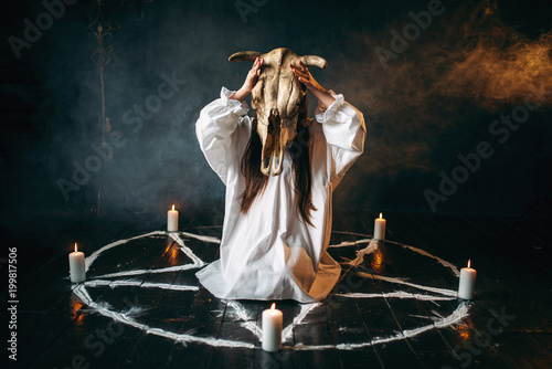 Photo Woman holds skull of the animal in hand, occultism