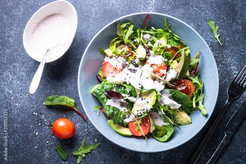 Fotografia Fresh green salad top view.