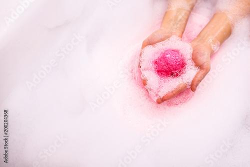 Fotografia bath salt ball dissolves in the hands