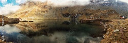 Obraz na płótnie Górskie jezioro w ujęciu horyzontalnym