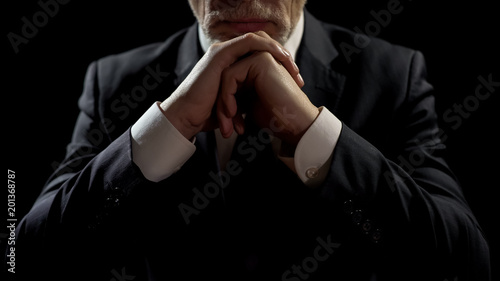 Photo Businessman leaning on elbows, professional lawyer listening patiently to client