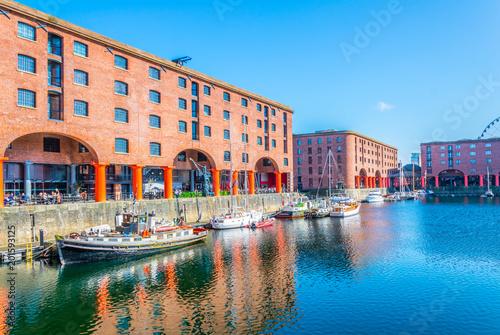 Albert-Dock in Liverpool während eines sonnigen Tages, England Fototapete
