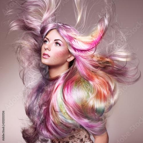 Piękno mody modela dziewczyna z Kolorowym Barwionym włosy. Dziewczyna z perfect Makeup i fryzurą. Model z doskonałymi, zdrowymi włosami farbowanymi. Tęczowe fryzury