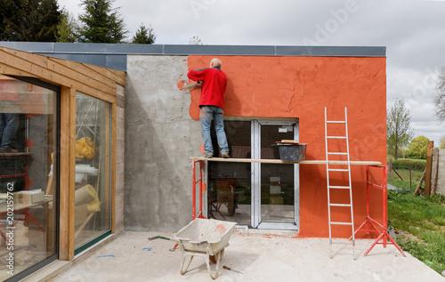 Pose d'enduit sur façade de maison en construction - Façadier Fototapet