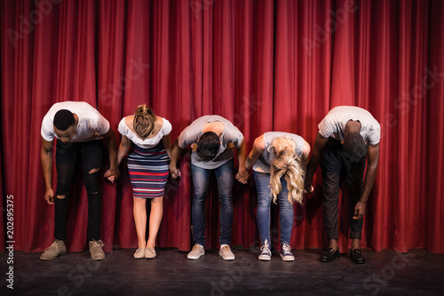 Canvas Print Actors bowing on the stage