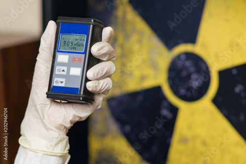Fotografia Geiger counter with radioactive materials in the background