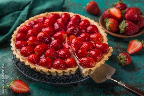 Fotografia slice of delicious strawberry tart