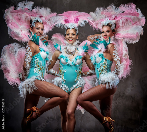 Foto Group of happy professional dancers in sumptuous carnival feather suits