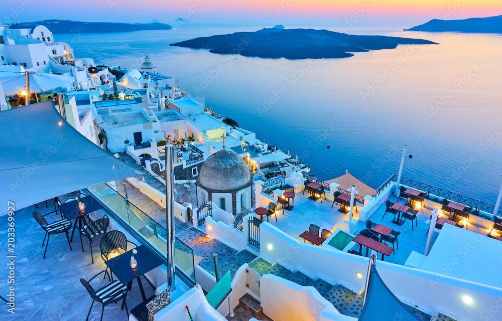 Wieczór w Santorini <span>plik: #203369927   autor: Roman Sigaev</span>
