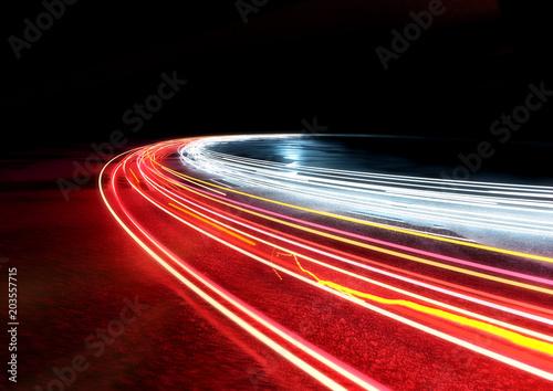 Fototapeta premium Zakrzywione ślady świateł samochodowych. Ilustracja 3D