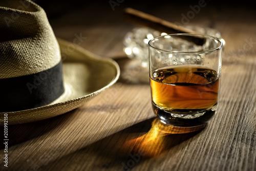 Stampa su Tela Glas mit Rum in einer Bar in Kuba