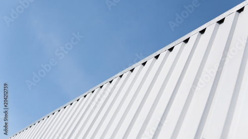 Fotografía Metal white sheet for industrial building and construction on blue sky background