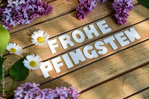 Wallpaper Mural Frohe Pfingsten Wörter auf einem Holtbrett mit Flieder Blumenst