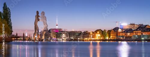 Skyline Panorama mit Molecule Man und Fernsehturm, Berlin, Deutschland