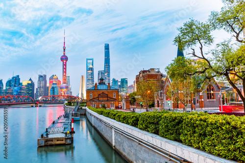 Photo shanghai skyline and modern city skyscrapers at night