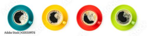 Vier bunte Kaffeetassen mit frischem Kaffee