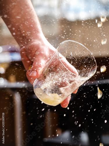 Fotografía Man hand holding a glass of asturian, spanish apple cider