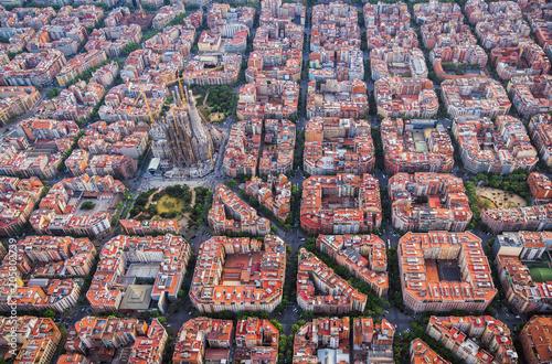 Fototapeta premium Widok z lotu ptaka dzielnicy mieszkalnej Barcelona Eixample i Sagrada Familia, Hiszpania. Światło późnego popołudnia