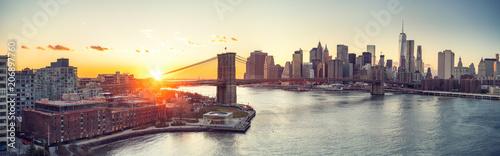 Fotografia Panoramic view of Brooklyn bridge and Manhattan at sunset, New York City