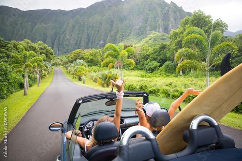 Carta da parati Road trip travel - girls driving car in freedom