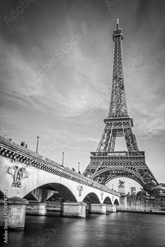 Fototapeta premium Most Iena i wieża Eiffla, czarno-biały photogrpahy, Paryż Francja