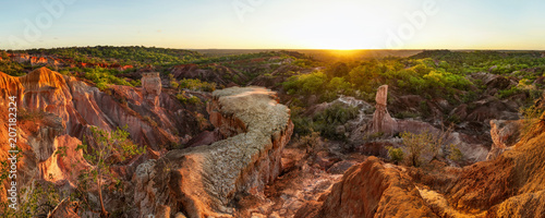 Photo High resolution wide panorama of Marafa Depression (Hell's Kitchen sandstone canyon) in afternoon sunset light
