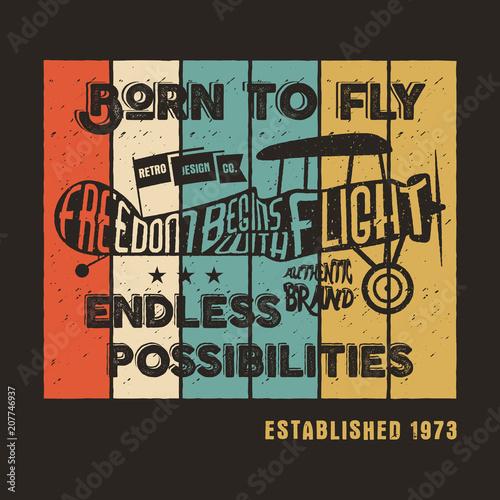 Vintage samolot plakat i napis do druku. odbitki, old-school samolot T-Shirt. Projekt koszulki retro air show z tekstem motywacyjnym. Projekt druku typograficznego. Dwupłat, urodzony, by latać motywem.