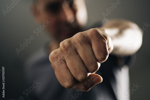 Foto young man throwing a punch.