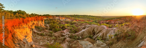 Fotografia High resolution wide panorama of Marafa (Hell's Kitchen) canyon in sunset light