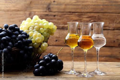 Fotografia distillato di uva bicchiere su sfondo rustico