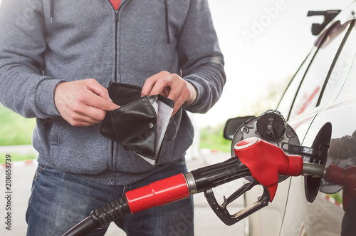 Tablou Canvas Lack of money for gasoline and fuel