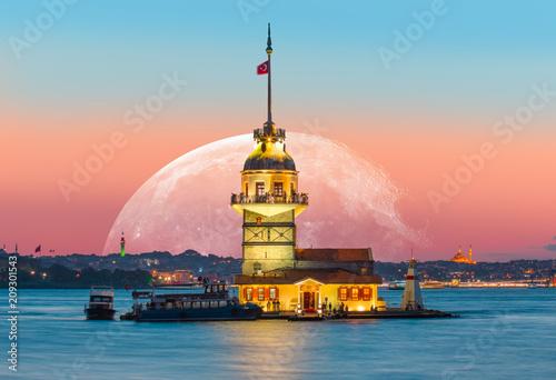 """Istanbul Maiden Tower z super księżycem (kiz kulesi) """"Elementy tego obrazu dostarczone przez NASA"""""""