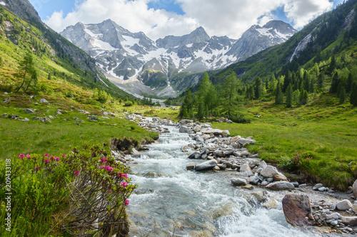 Wildbach vom Gletscher in den österreichischen Bergen Fotobehang