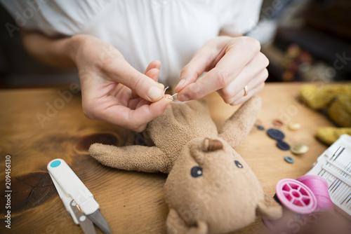Billede på lærred 縫い包みを直す女性の手