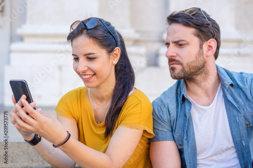 Canvastavla Jealous boyfriend looking her girlfriend chatitng