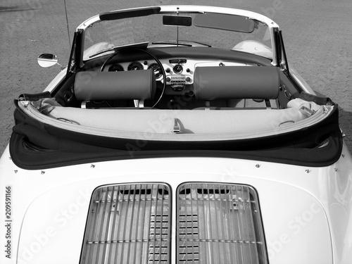 Canvas Print Weißes offenes Sportwagen Cabriolet der Fünfzigerjahre und Sechzigerjahre im Son