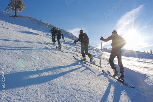 Canvas Print Gruppe Skifahrer in Winterlandschaft in den Alpen mit Sonne und blauen Himmel6