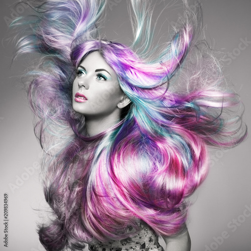 Uroda moda model dziewczyna z kolorowymi włosy farbowane. Dziewczyna z doskonałym makijażu i fryzurę. Model o doskonałym zdrowym, ufarbowanym włosiu. Rainbow Hairstyles