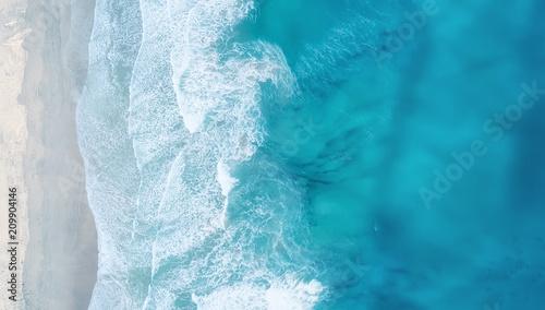 Fototapeta premium Fale na plaży jako tło. Piękne naturalne tło w okresie letnim