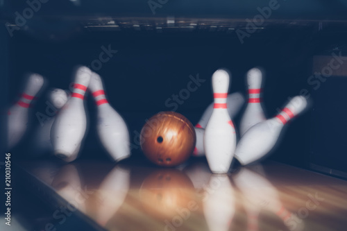 Fotografía motion blur of bowling ball skittles on the playing field