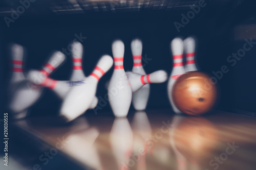 Fotografia motion blur of bowling ball skittles on the playing field