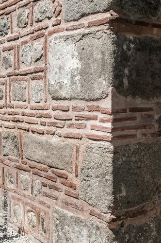 Photo Corner of ancient Roman stone building wall closeup