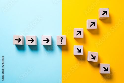 Foto Würfel mit Pfielen und einer Gabelung symbolisieren die Entscheidung zwischen zw
