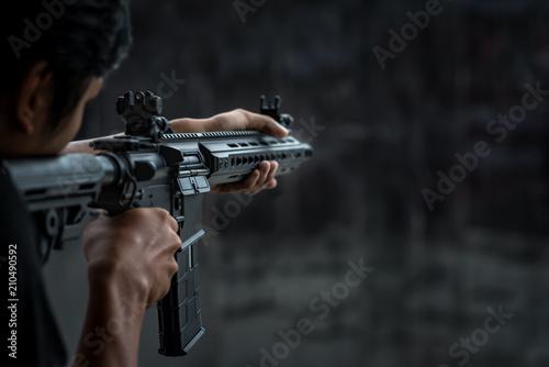 Man holding gun aiming pistol in shooting range Fototapet